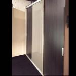 Kleerkast – Noteborn – 3 schuifdeuren waarvan 1 in glas – alle accessoires inbegrepen L2370 x H2520 D600 :  € 5.374 – NU € 3.760 afhaal
